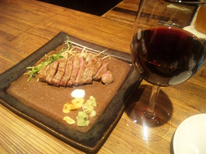赤ワインとステーキ